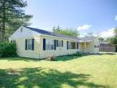 Large lot, Buhler Schools. Starter home or investment!