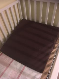 Crib wedge with removable covet
