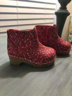 Adorable Toddler Girl Red Floral Clogs (size 7)