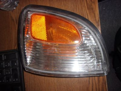 1997 - 2000 Toyota Tacoma Drivers Side Headlight