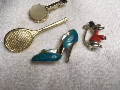 Vintage Scatter Pins 60s Lot of 4 Working Clasps High Heel Tennis Racket Banjo Mouse Gold Metal ...
