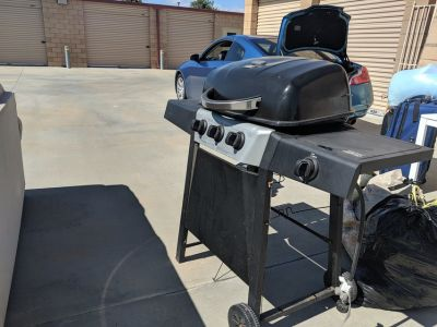 Gas grill with gas tank