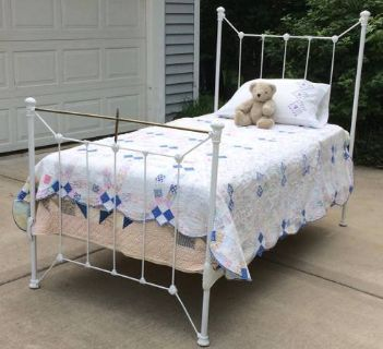 ANTIQUE BEDFRAME Twin Cast Iron White & Mattress