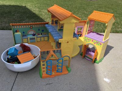 Dora house, figures and furniture pieces
