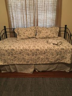 Daybed/ twin bedding