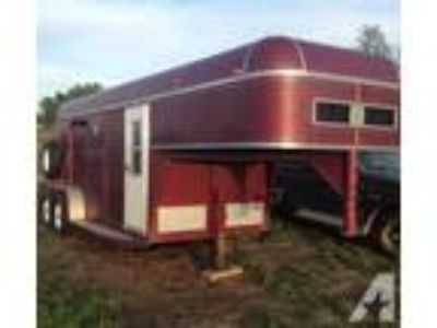 Super Nice 2 Horse GN Trailer w/ Sleeping Quarters