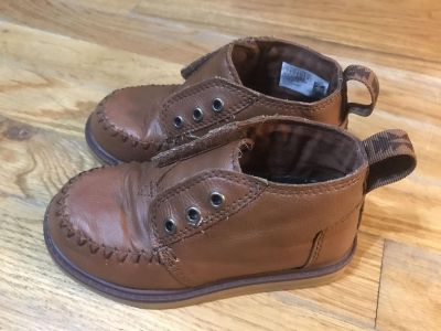 Toddler boy Toms Velcro boots size 9- one side has missing metal ring, price reflect this