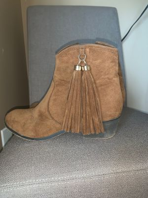 Short cowgirl style boot