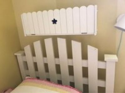 Twin bed with Picketfence headboard and shelf box
