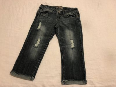 WallFlow Denim Fashions Low Rise Stretchy Distressed Capris. Size 1. Cotton/Polyester/Spandex. Photo of Back Attached. EUC