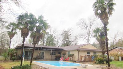 3bdrm/2bthrm Home with swimming pool