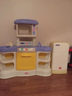 Play kitchen + refrigerator