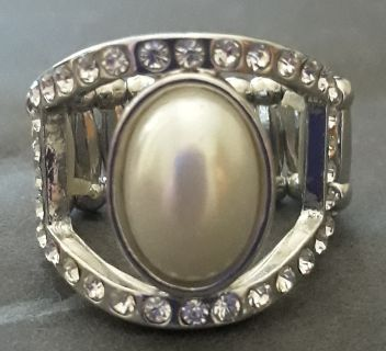Beautiful brand-new silver with pearl ring