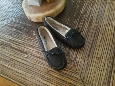 BROWN 'MINNETONKA' LEATHER MOCCASINS W7....NEW CONDITION!!