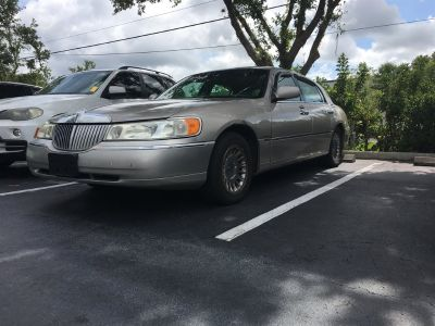 2001 Lincoln Town Car Executive (Ivory)