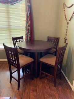 Table and four chairs 42 round or 42 x 60 oval with leaf