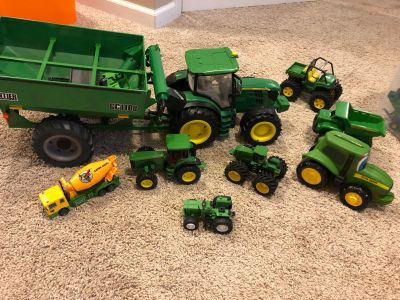 Lot of John Deere vehicles
