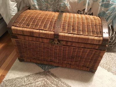 Wicker trunk, in need of a little TLC with one piece but in good condition otherwise! Smoke free home