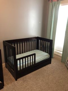 Crib/toddler bed convertible with drawer