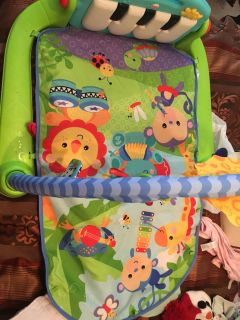 Tummy time mat with working piano