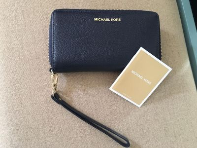Michael Kors wallet/ wristlet new asking 90/ and with purchase I ll included a one item free.