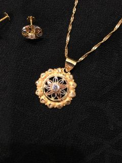 New Condition 21kt gold necklace and earring set