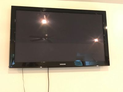 Samsung tv with remote 48 located in chesterfield