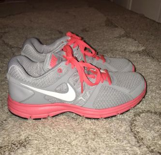 NIKE RELENTLESS Athletic Shoes Women s size 10!