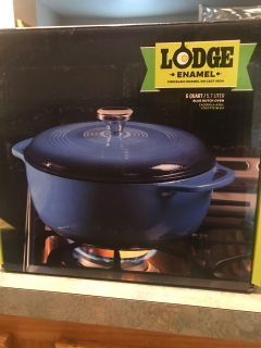 Lodge 6 quart cast iron Dutch oven