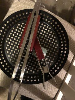 Grill plate and tongs