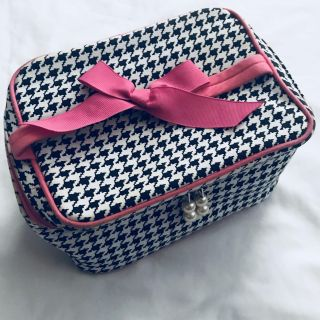Travel/makeup/cosmetics tote, houndstooth & hot pink. Zipper pulls are pearls. Some discoloration along the piping. Only $2!