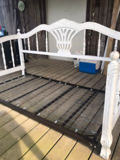 White distressed daybed