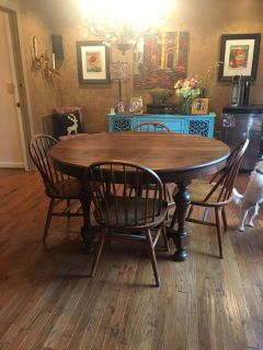 Solid oak table with 4 leaves