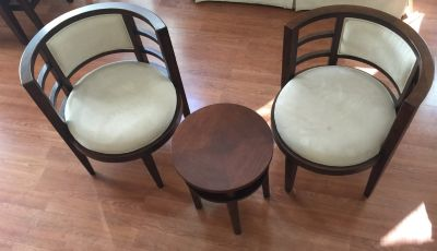 Round Foyer or entry table & chairs excellent condition