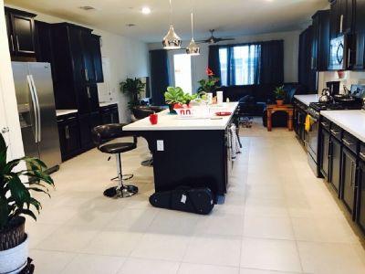 Room for rent on International street & fanzindel