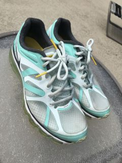 Awesome Condition NIKE AIR MAX Livestrong Tennis Shoes Women s Size 8.5 in real/white/gray