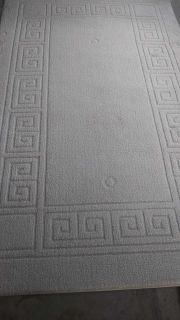 Area rug no stains 8ft long x 5ft wide cream color
