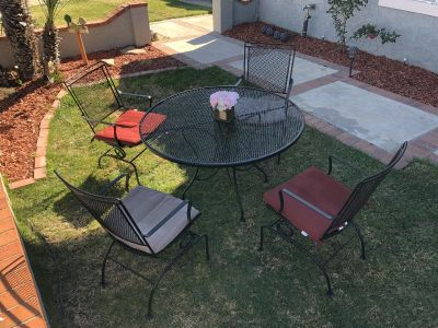 Iron patio outdoor table and 4 chair.