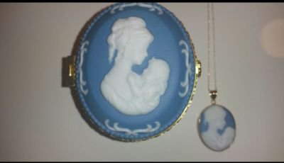 10KT GOLD MOTHER/CHILD CAMEO NECKLACE &JEWELRY BOX