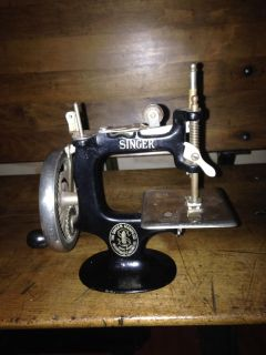 COLLECTIBLE SINGER 20 TOY SEWING MACHINE