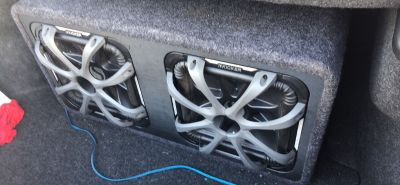 2 12 inch Kicker L7s with amp