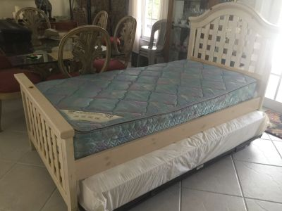 Day bed with trundle bed underneath