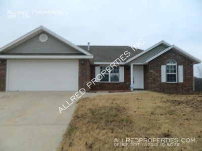 3 Bedroom, 2 Bath home. Lawn care included. Available Now!