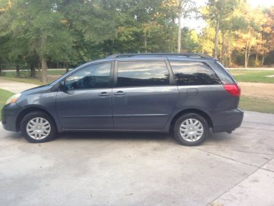 2007 Toyota Sienna with TV/DVD - Original Owner- -