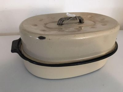 Oval Enamelware Graniteware Roasting Pan with Lid: Taupe Exterior with Black Interior