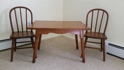 Kids table + 2 chairs