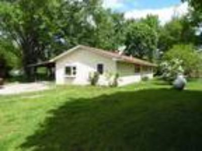 Cr2242 - Located in Moutain View, MO, This Four BR, 1.5 BA Mobile Home with