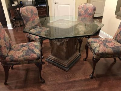 Great dining table and 4 chairs