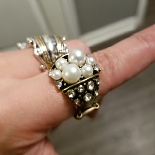 ring with stretch band pearls and white gemstones