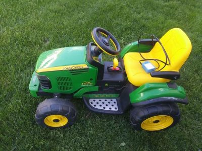 JOHN DEERE Kids Ride On Tractor 12V w battery and Charger